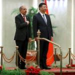 El presidente de la República Dominicana, Danilo Medina, a la izquierda, y el presidente chino, Xi Jinping, se unen durante una ceremonia de bienvenida en el Gran Palacio del Pueblo en Beijing