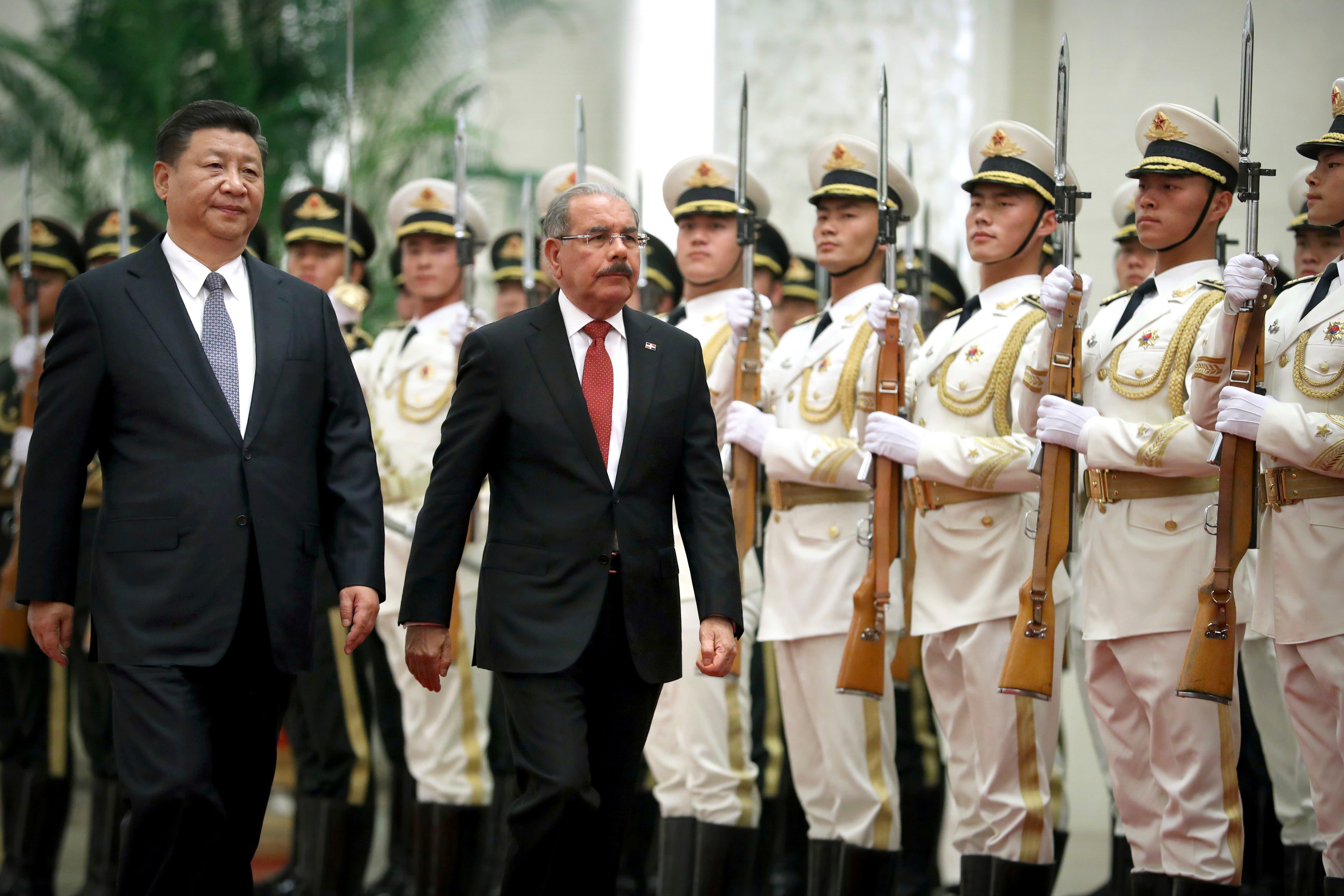 10. El presidente de la República Dominicana, Danilo Medina, a la izquierda, y el presidente de China, Xi Jinping, caminan juntos durante una ceremonia de bienvenida en el Gran Palacio del Pueblo en Beijing,