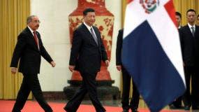 El presidente de la República Dominicana, Danilo Medina, a la izquierda, y el presidente de China, Xi Jinping, caminan juntos durante una ceremonia de bienvenida en el Gran Palacio del Pueblo en Beijing,