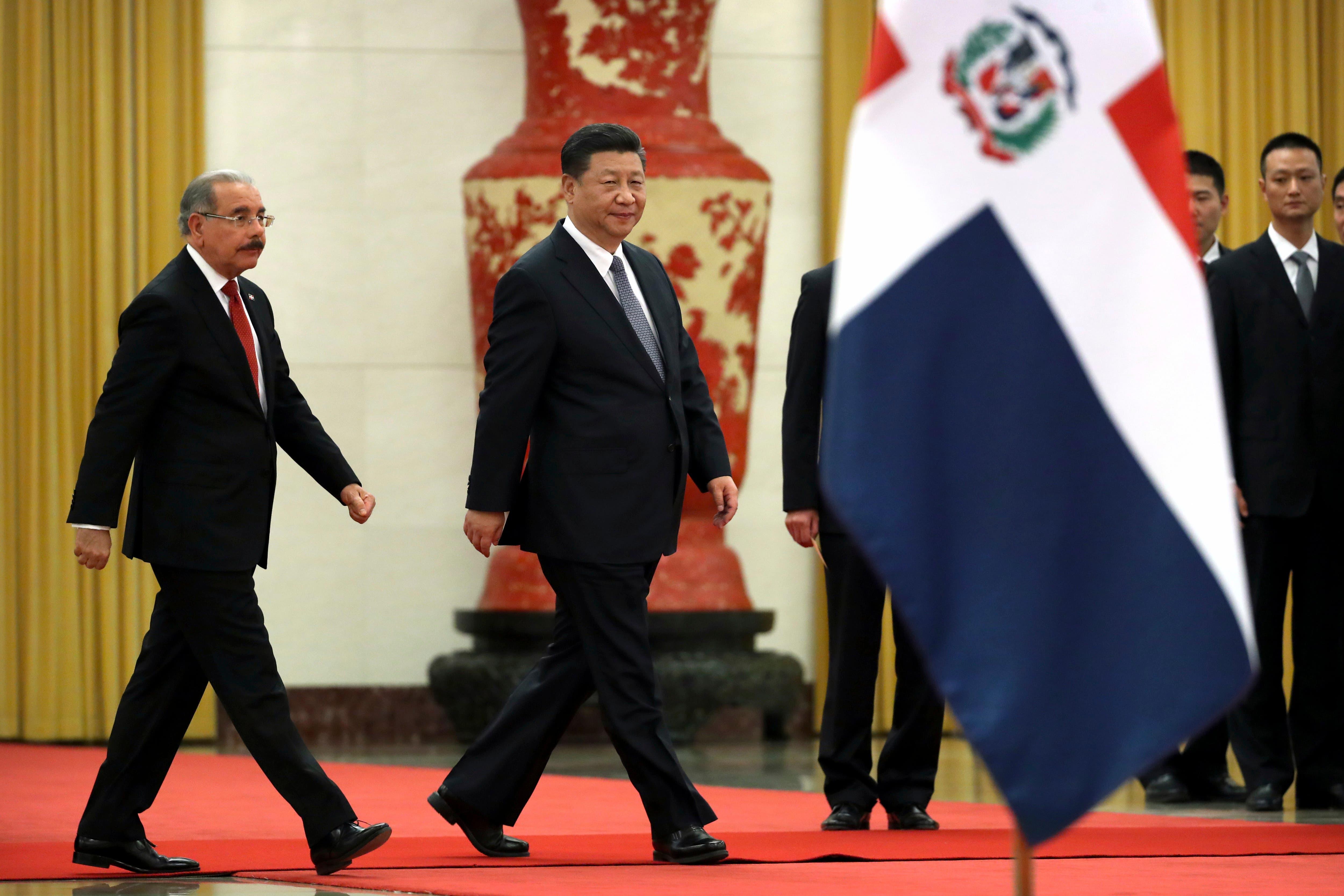 9. El presidente de la República Dominicana, Danilo Medina, a la izquierda, y el presidente de China, Xi Jinping, caminan juntos durante una ceremonia de bienvenida en el Gran Palacio del Pueblo en Beijing,