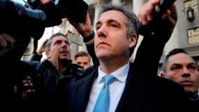 Michael Cohen sale de una corte federal en Nueva York.
