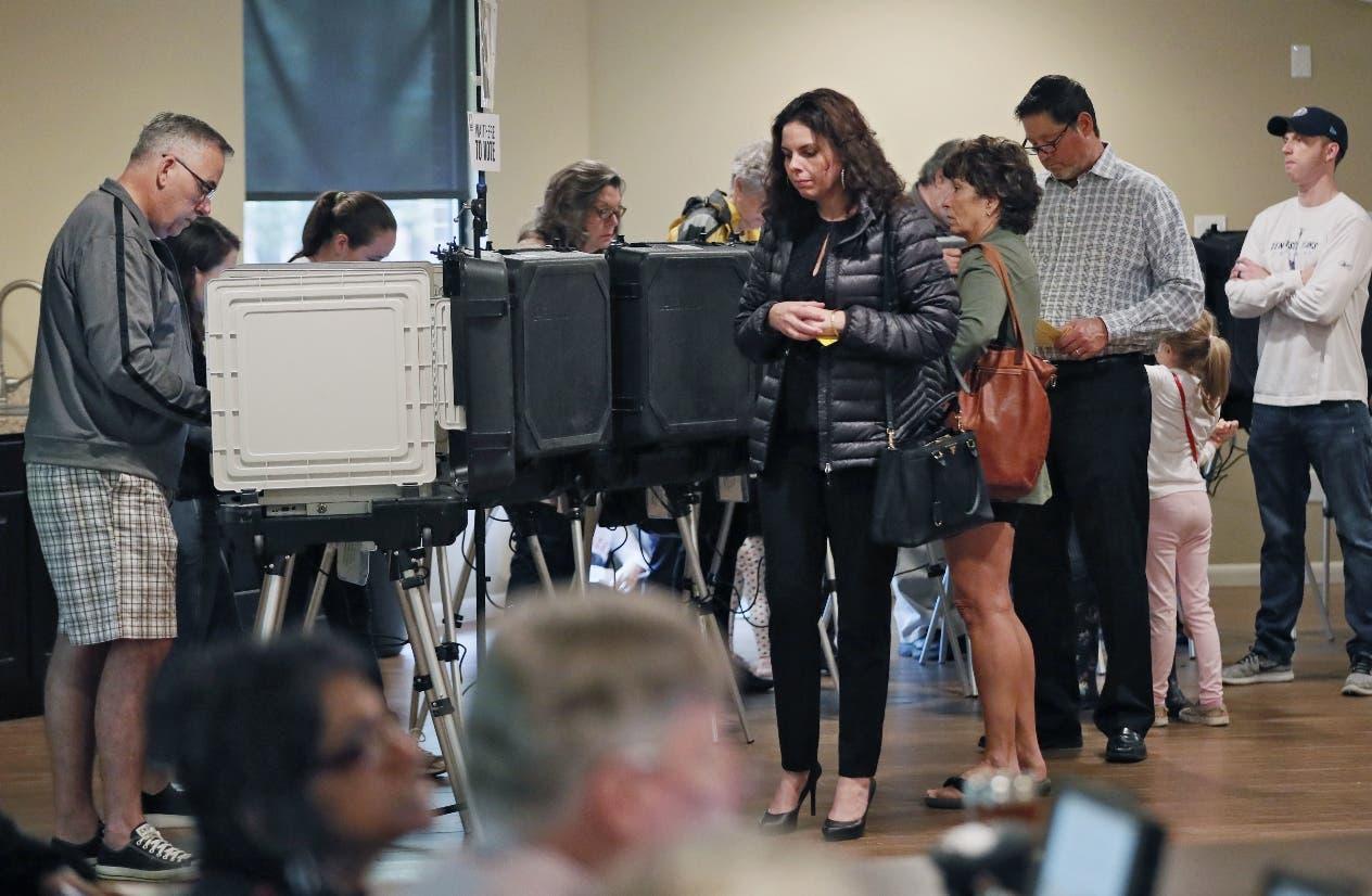 Unas personas votan en Roswell, Georgia, durante las elecciones de mitad de periodo de Estados Unidos. (Bob Andres/Atlanta Journal-Constitution via AP)