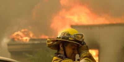 Un bombero frente a una casa envuelta en llamas en Malibú, California. AP/archivo.