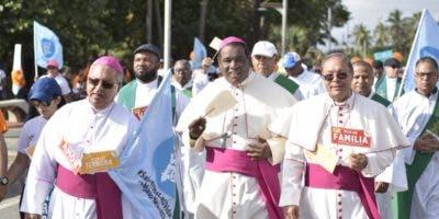 """Monseñor Ramón Benito Ángeles, monseñor Jesús Castro Marte y Faustino Burgos, obispos auxiliares de la Arquidiocesís de Santo Domingo, encabezan marcha """"Un paso por mi familia""""."""