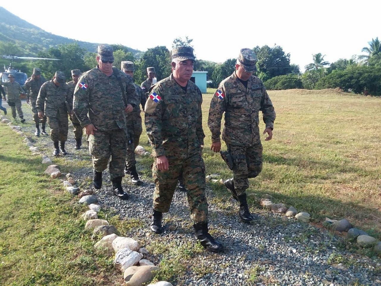 Miembros del Ejército dominicano durante una inspección por la frontera.