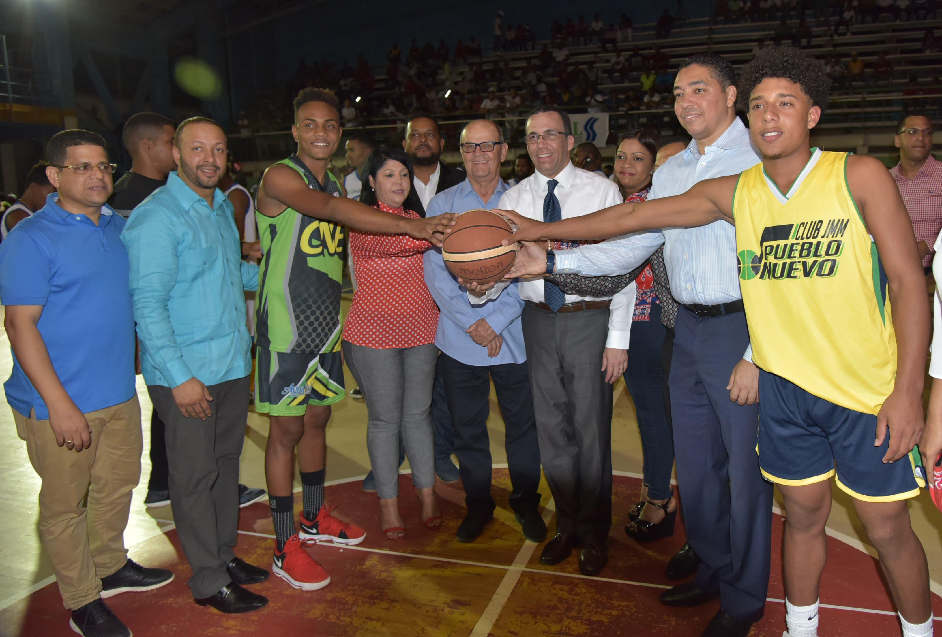"""El ministro Andrés Navarro en el inicio del XII Torneo de Baloncesto Superior 2018 """"Copa Telecotuí""""."""