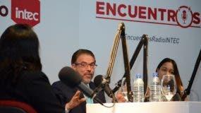 Guillermo Moreno responde preguntas a los estudiantes de Intec Tiffany Rodríguez, Oliver Balbuena y Rachel Ferdinand.