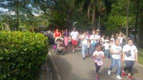 La masiva caminata contó con padres y niños de todas las edades.