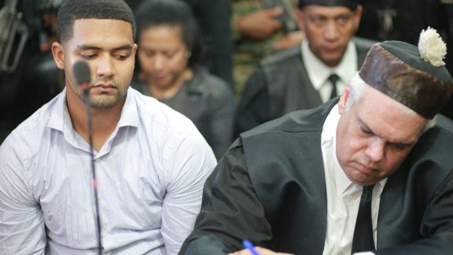 Marlon Martínez junto a su abogado Ricardo Reina y detrás su madre Marlin durante la lectura del fallo en caso Emely Peguero. Fotos: Elieser Tapia