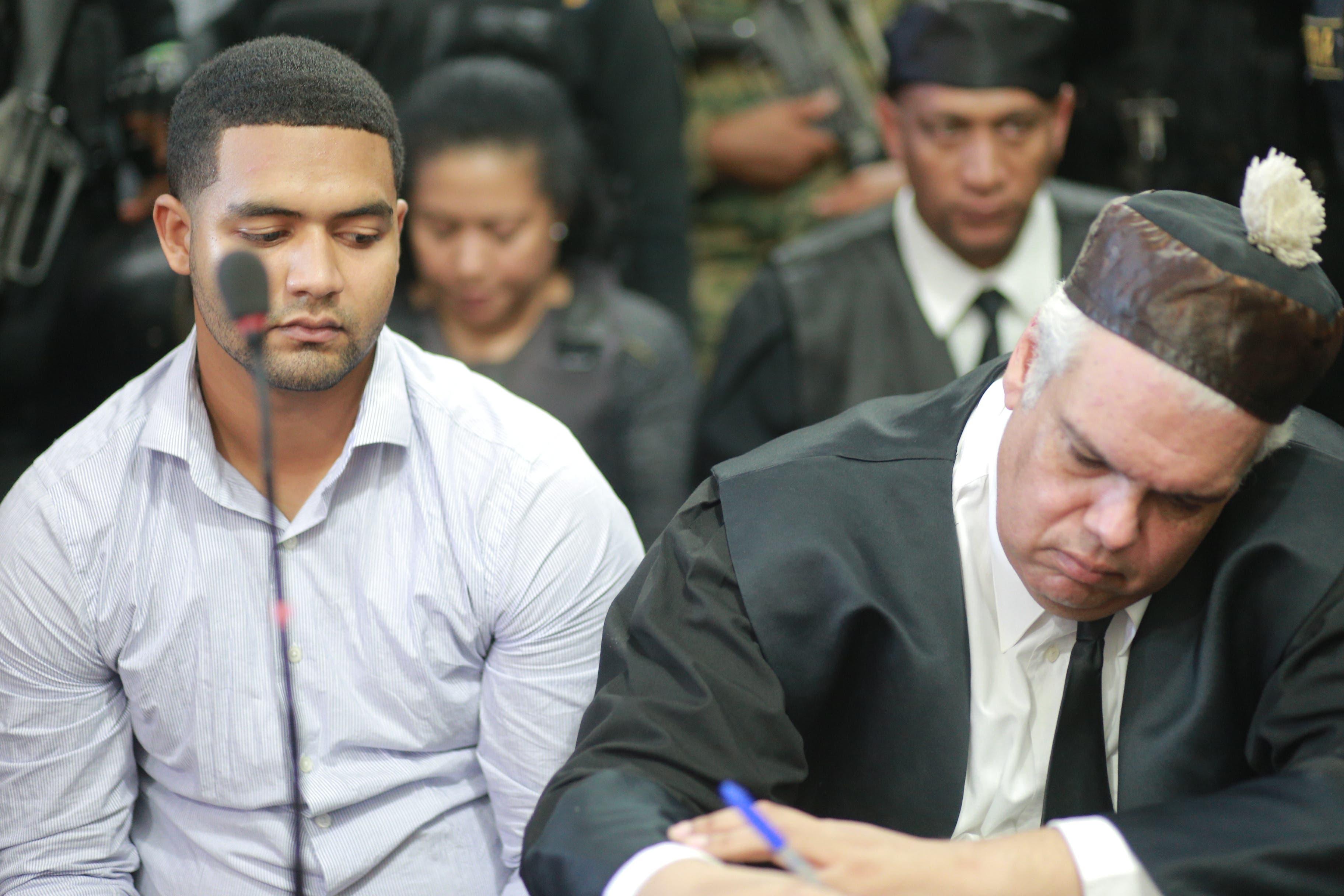 2. Marlon Martínez junto a su abogado Ricardo Reina y detrás su madre Marlin durante la lectura del fallo en caso Emely Peguero. Fotos: Elieser Tapia