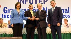 José Luis Corripio Estrada recibe un reconocimiento del Infotep, el cual le fue entregado por la vicepresidenta Margarita Cedeño de Fernández, el director del INFOTEP, Rafael Ovalles, y el presidente del Consejo Nacional de la Empresa Privada, Pedro Brache.