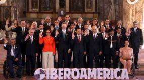 Presidentes y jefes de delegaciones saludan a los fotógrafos durante la XXVI Cumbre Iberoamericana en Antigua, Guatemala, viernes 16 de noviembre de 2018. (AP Foto / Oliver de Ros)
