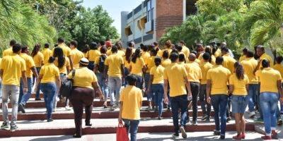 Jóvenes entrando a la Gerencia Regional Central.
