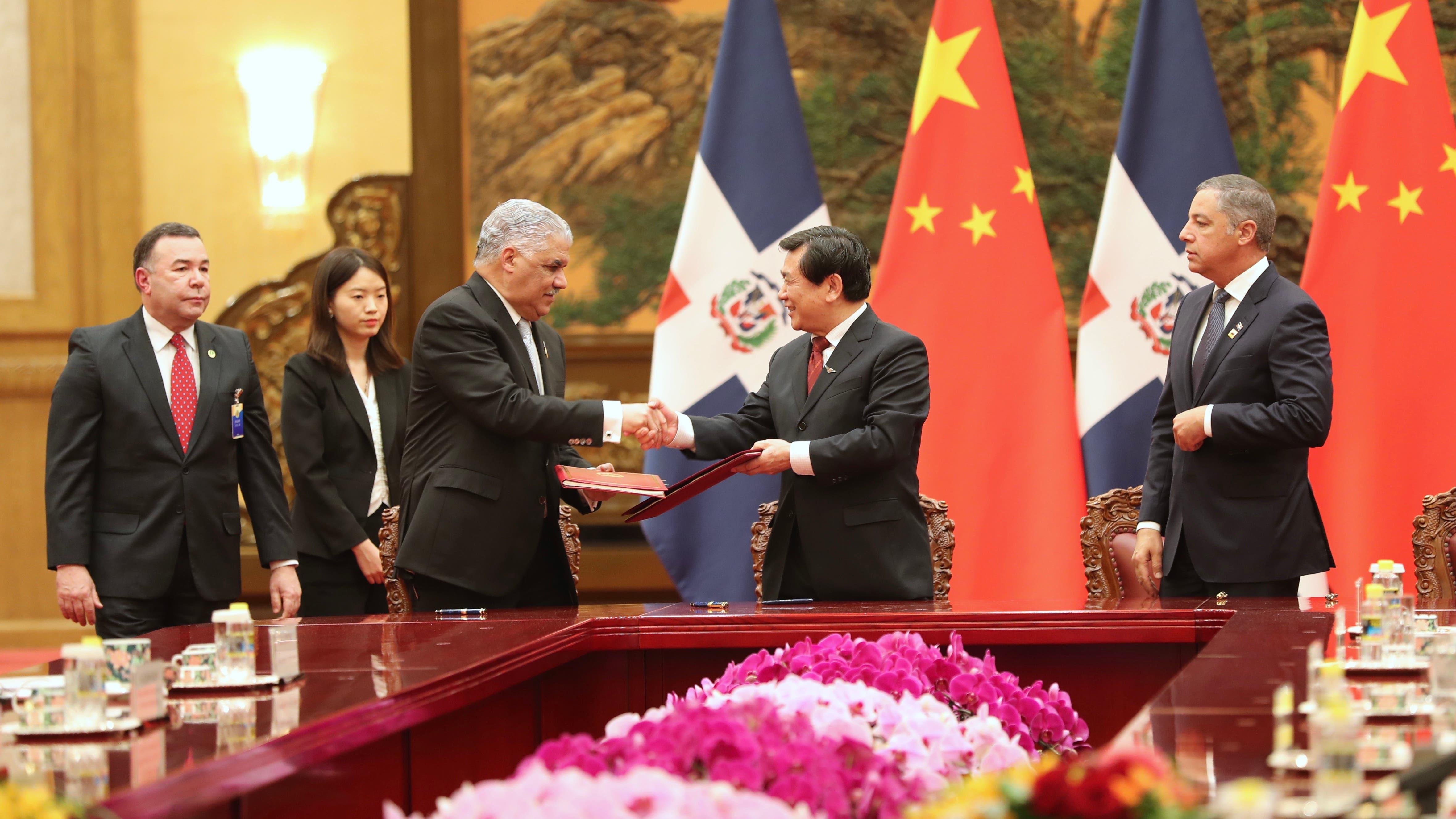 Funcionarios Dominicanos firman 18 acuerdos con China