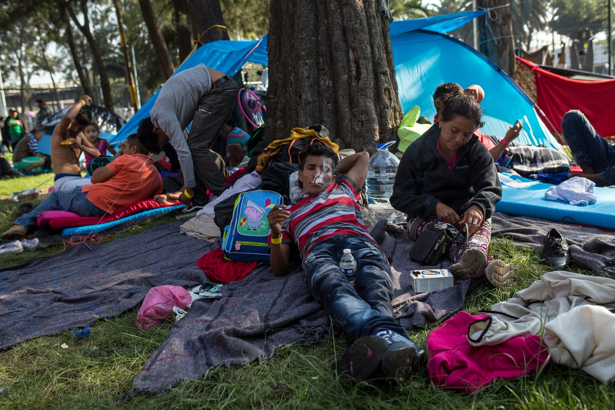 Migrantes centroamericanos se relajan después de desayunar en el estadio Jesús Martínez en la Ciudad de México, el miércoles 7 de noviembre de 2018. (AP Foto / Rodrigo Abd)