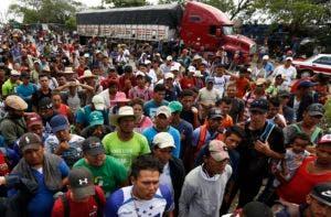 Migrantes centroamericanos, parte de una caravana que desea llegar a Estados Unidos, aguardan para obtener un viaje a dedo en un camión, en la localidad de Isla, estado de Veracruz, México, el sábado 3 de noviembre de 2018. (AP Foto/Marco Ugarte)