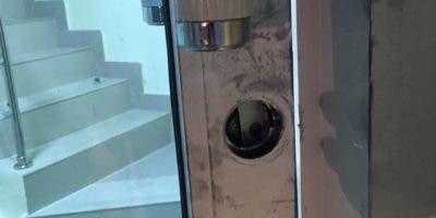 Puerta de vidrio violada que da acceso a las escaleras.