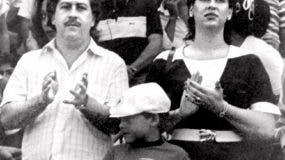 En esta foto sin fecha, el entonces jefe del cártel de Medellín Pablo Escobar, su esposa María Henao y su hijo Juan Pablo asisten a un partido de fútbol en Bogotá.  (El Tiempo Foto vía AP)