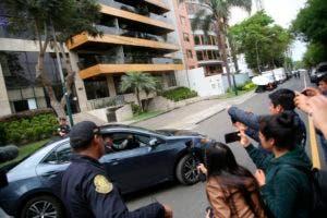Periodistas toman imágenes del del embajador de Uruguay en Pegú, Carlos Alejandro Barros Oreiro, a la salida de su residencia en Lima.(AP Photo/Mauricio Munoz).