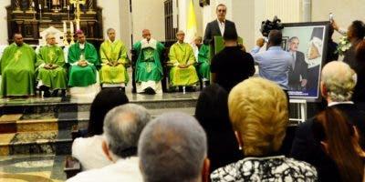 Al final de la ceremonia el economista y aspirante presidencial del PRM, Luis Abinader, hijo del doctor Abinader, agradeció a los oficiantes religiosos, a los amigos y familiares que acudieran al servicio.