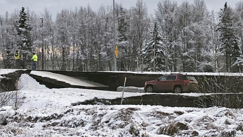 Un automóvil atrapado en Minnesota Drive en Anchorage. (Dan Joling / AP)