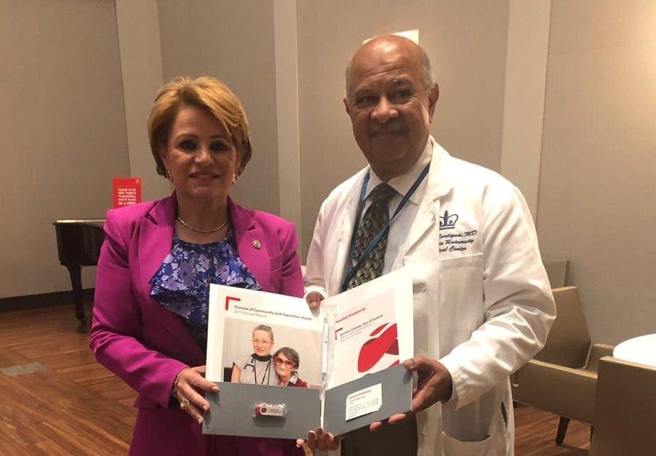Lucía Medina junto al médico Rafael Lantigua.