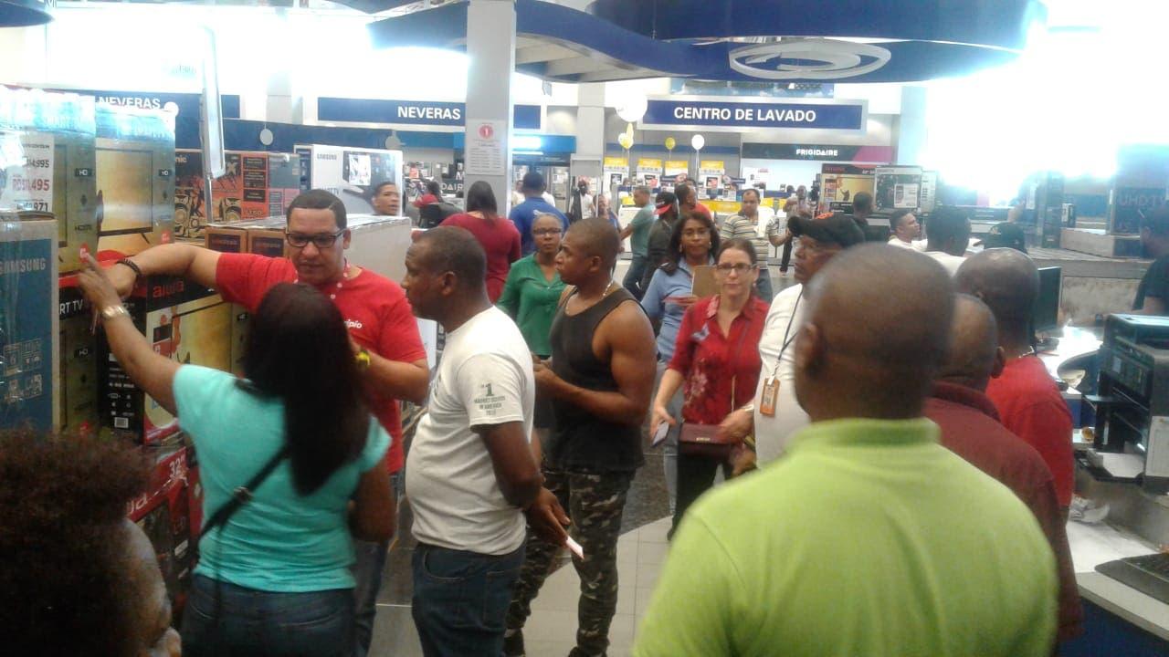 Ciudadanos aprovechan descuentos de Viernes Negro en principales tiendas de la ciudad