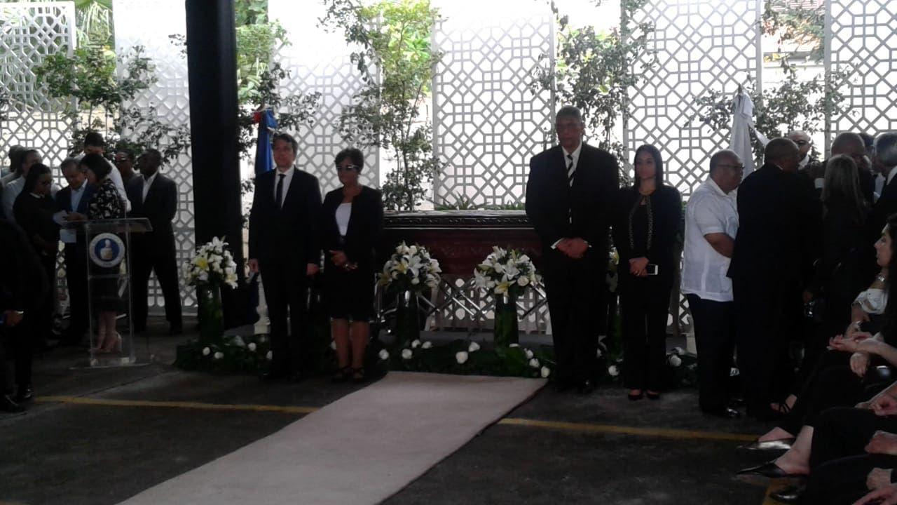 Autoridades del PRM hacen guardia de honor ante féretro de José Abinader.
