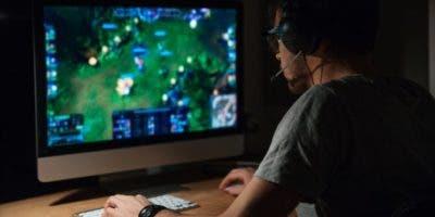 La adicción, conocida como Desorden de Juego en Internet (IGD, en inglés), se caracteriza por la necesidad compulsiva de jugar online a costa de dejar de lado otros aspectos de la vida.