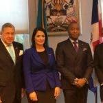 vicecanciller Marjorie Espinosa y el canciller de Bahamas, Darren A. Henfield, junto a miembros  de sus respectivas delegaciones.