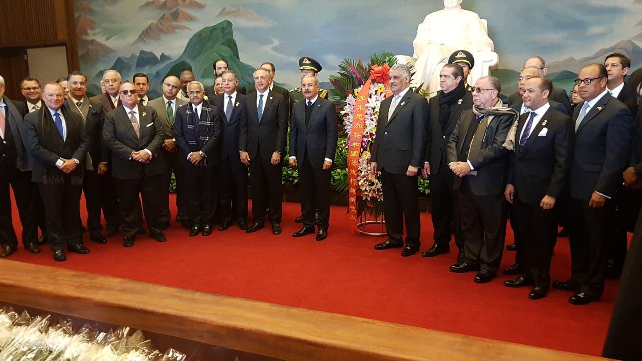5. El presidente Danilo Medina visita  el Mausoleo de Mao Zedong.