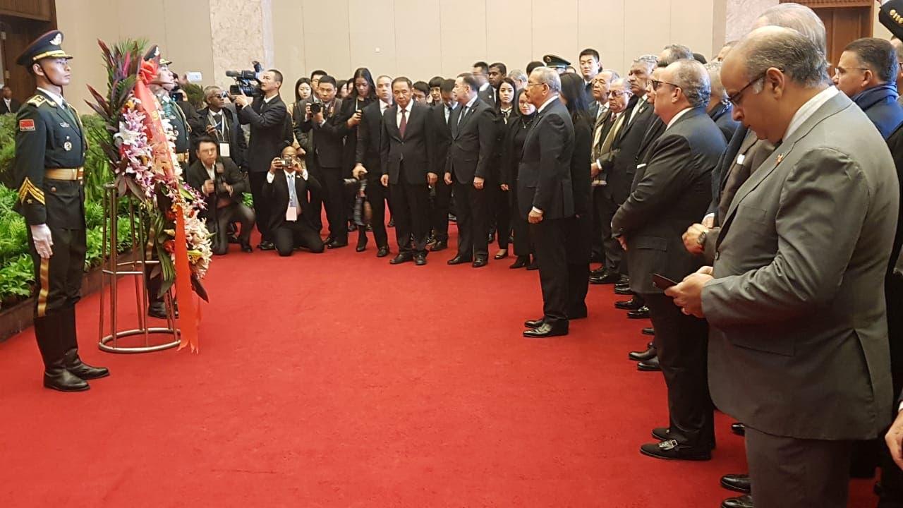 4. El presidente Danilo Medina visita  el Mausoleo de Mao Zedong.