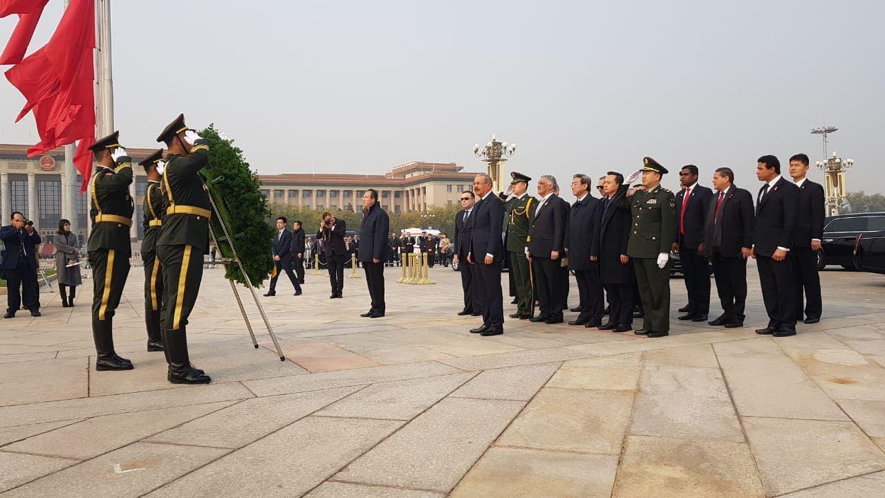 2. Presidente Danilo Medina encabeza ceremonia de depósito de ofrenda floral en el Monumento de los Héroes del Pueblo Chino en la Plaza de Tiananmen.