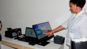 La periodista Odalis Mejía ejerce su derecho al voto en simulacro de votación. Foto: José De León.