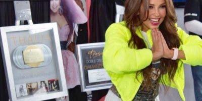 Thalía ha causado furor por cuenta de esta chaqueta amarilla que la hizo lucir joven y radiante. Foto: Thalía/Instagram