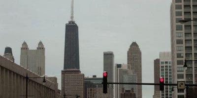 El edificio Hancock (a la izquierda, con dos antenas grandes) es el cuarto rascacielos más alto de Chicago.