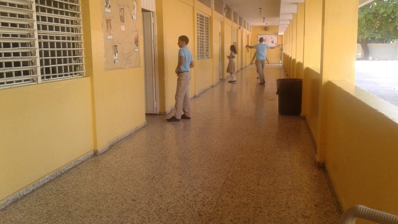 La asistencia de estudiantes a la escuela República Dominicana se redujo en aproximadamente el 50%.