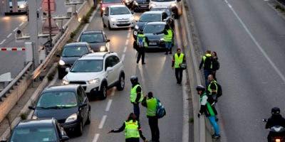 Manifestantes bloquean un carril de una autovía durante una protesta contra un impuesto a los combustibles, en Marsella, en el sur de Francia.AP.