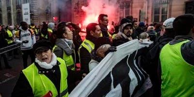 La policía lanzó gases lacrimógenos a manifestantes en la avenida de los Campos Elíseos, en el centro de París, cuando muchos de ellos trataron de encaminarse al palacio presidencial.