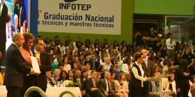 El acto de graduación estuvo encabezado por el presidente Danilo Medina y Rafael Ovalles, director del Infotep.