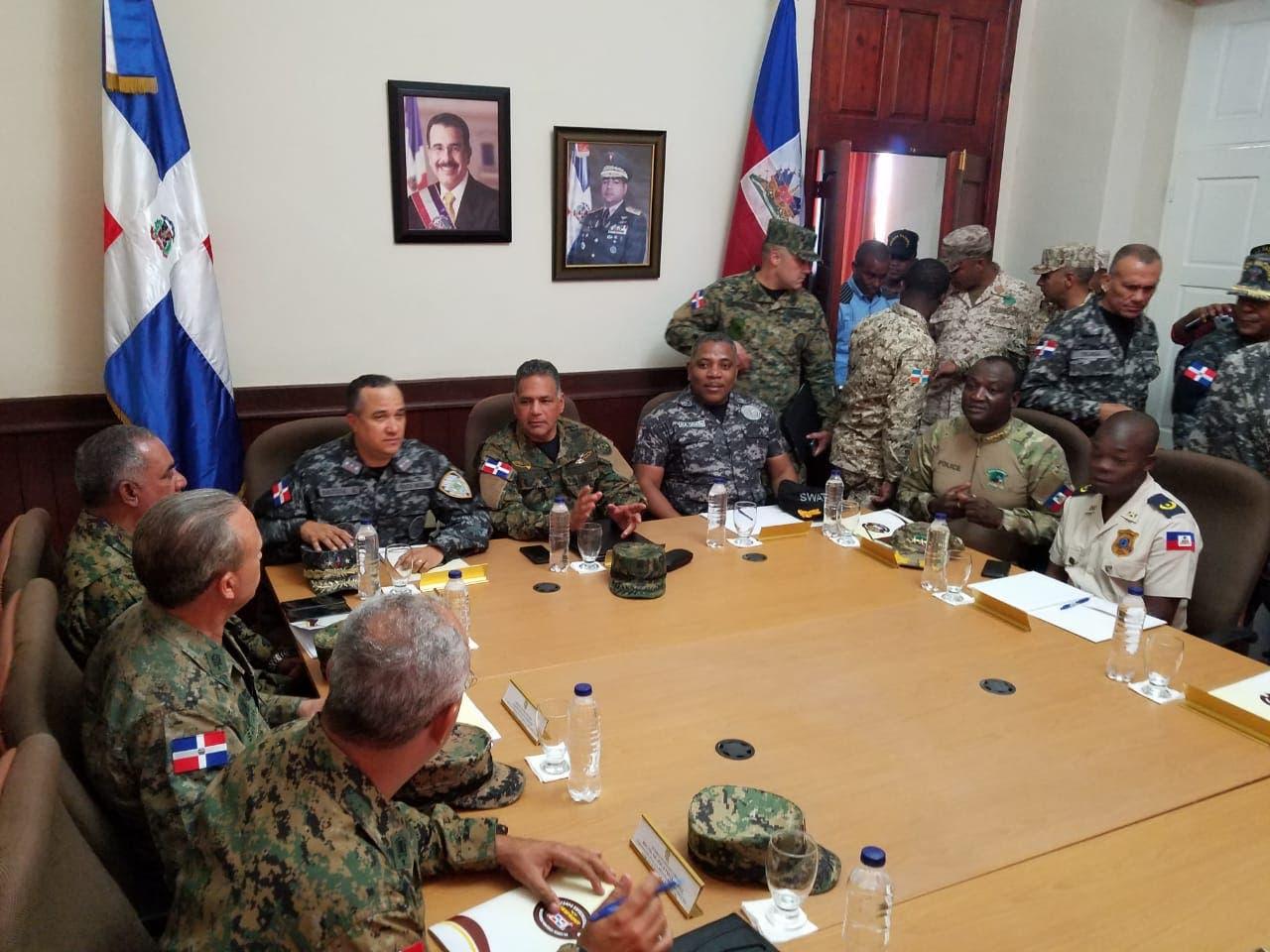 Altos mandos militares y policiales se reúnen con autoridades haitianas en Jimaní