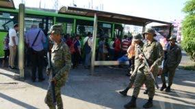 En la avenida 27 de Febrero con Máximo Gómez los pasajeros hacían largas filas para abordar los autobuses de la OMSA. Foto: José De León.