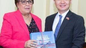 Alejandrina Germán y el embajador Zhang Run.