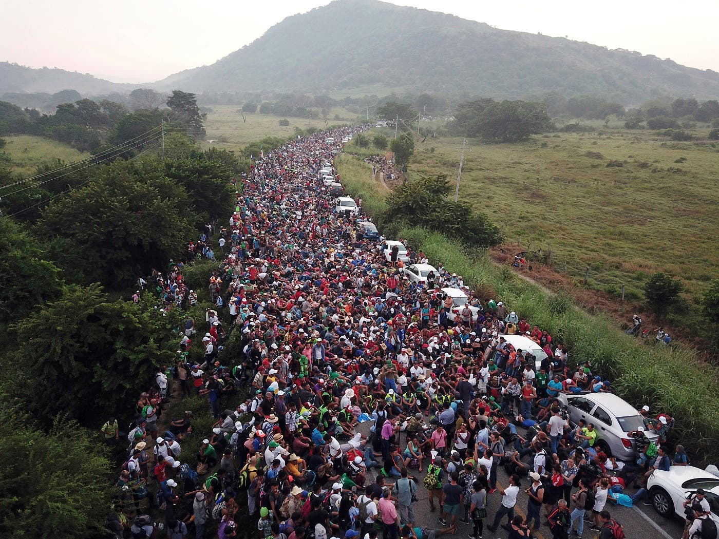 Miles de migrantes centroamericanos que huyen de la pobreza y la violencia continúan avanzando en caravana hacia Estados Unidos.(AP Photo/Rodrigo Abd)