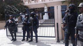 Agentes policiales frente al Palacio de Justicia de San Francisco de Macorís previo al fallo contra los implicados en el crimen de Emely Peguero.