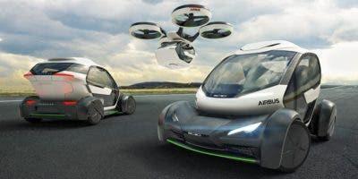 Un vehículo, especialmente fabricado al efecto, se engancha a un drone enorme no tripulado.