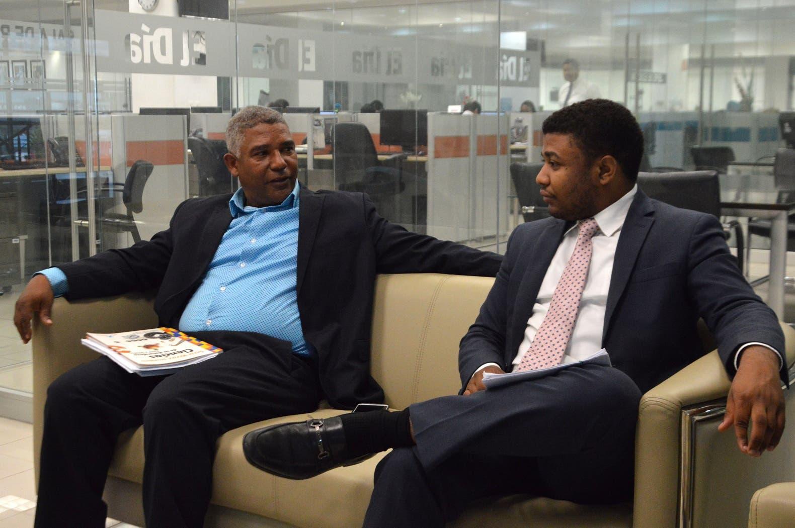 El profesor Manuel Enrique Orozco (izquierda) junto a su abogado Jenkin Alberto Orozco García. Foto/ Napoleón Marte 13/11/2018