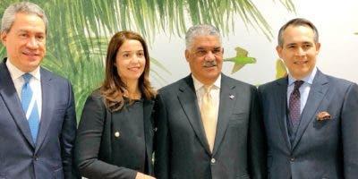 El embajador de la República Dominicana en el Reino Unido, Federico Cuello Camilo, el ministro   de Relaciones Exteriores, Miguel Vargas Maldonado, Anyarlene Bergés y Leonel Melo.