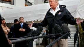 El presidente Donald Trump responde preguntas de los medios de comunicación antes de partir de la Casa Blanca, , en Washington, para una gira por las zonas afectadas por un incendio en California. A la extrema izquierda se observa a la secretaria de prensa de la Casa Blanca Sarah Huckabee Sanders. (AP Foto/Jacquelyn Martin)