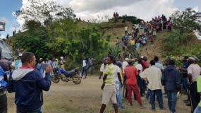 Grupo de haitianos que retuvo durantes más de tres horas a un grupo de médicos dominicanos en una comunidad fronteriza. Foto: Fuente externa.